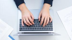 Tastatur und Hände von oben