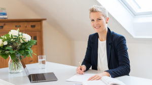 Daniela Keller am Schreibtisch