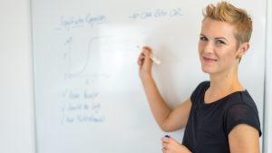 Daniela bei einer Präsentation am Whiteboard